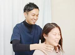 首の検査をしている写真